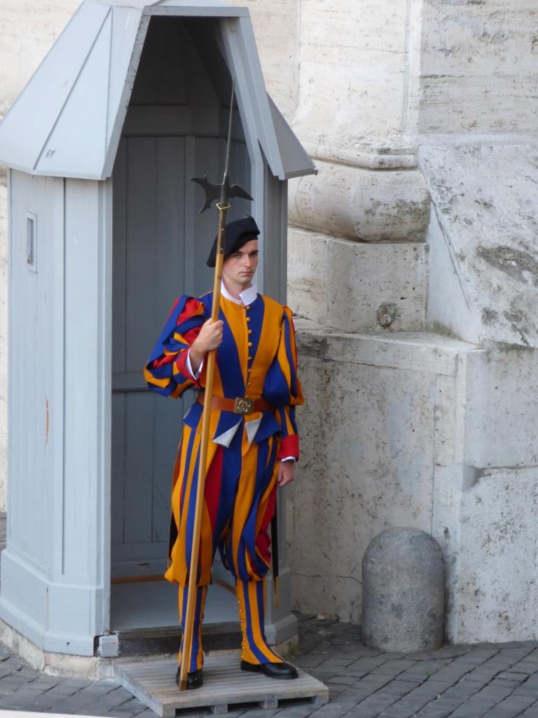 schweizer_garde_wachposten Rom 3. Die Arme der Kirche